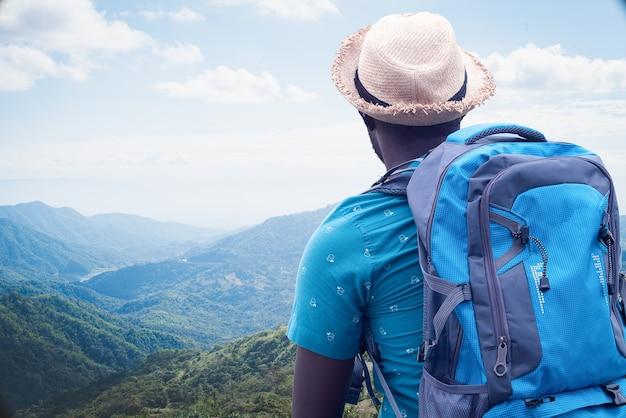 Afrikaanse reiziger die in het wereldconcept onderzoekt