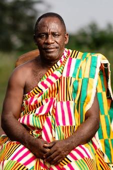 Afrikaanse senior man met traditionele kleding