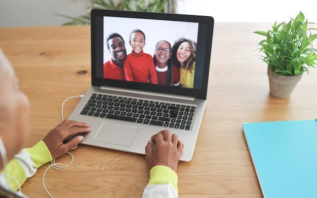 Afrikaanse senior vrouw doet videogesprek met haar familie tijdens het afsluiten van het coronavirus