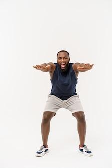 Afrikaanse sportmens die en zich op wit uitoefenen uitrekken