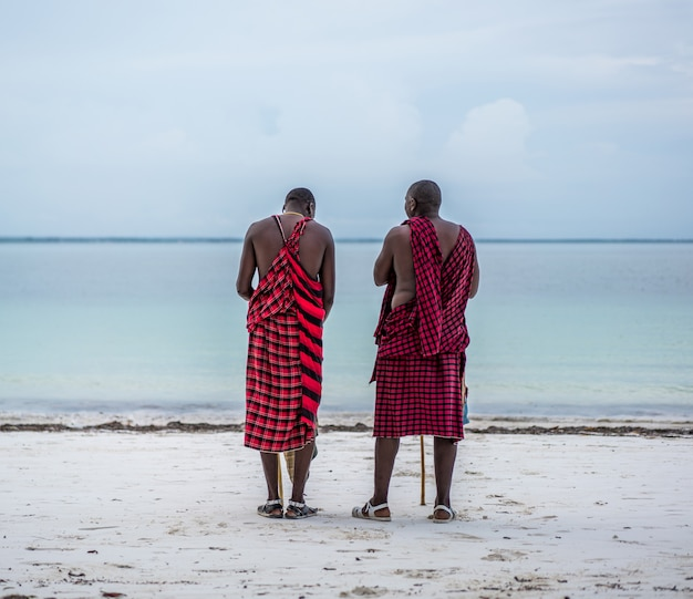 Afrikaanse stam mannen op strand