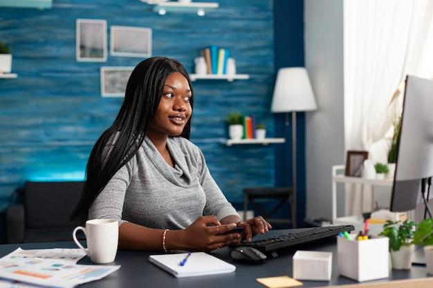 Afrikaanse student met creditcard in handen en doet online transacties in winkelwinkel searching