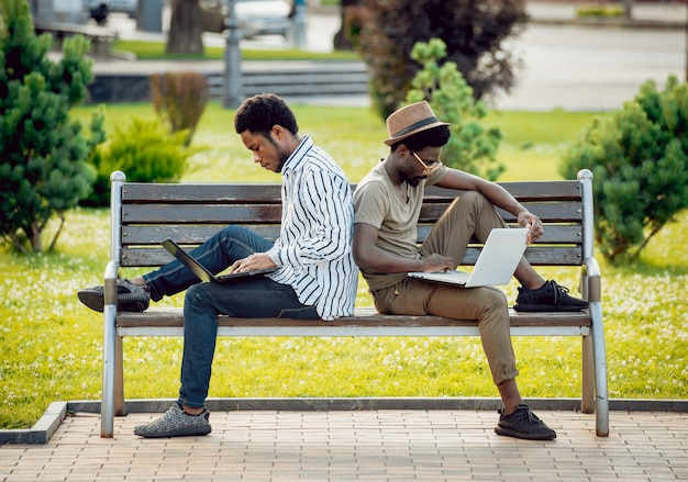 Afrikaanse studenten in het park.