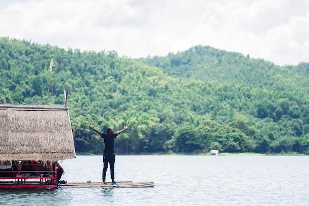 Afrikaanse vrijheid man raften in de natuur met rivier, berg en blauwe hemel.
