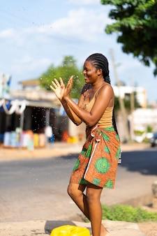 Afrikaanse vrouw die buiten danst