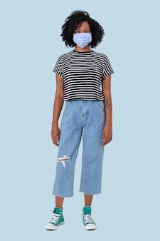 Afrikaanse vrouw die gezichtsmasker draagt in het nieuwe normale volledige lichaam