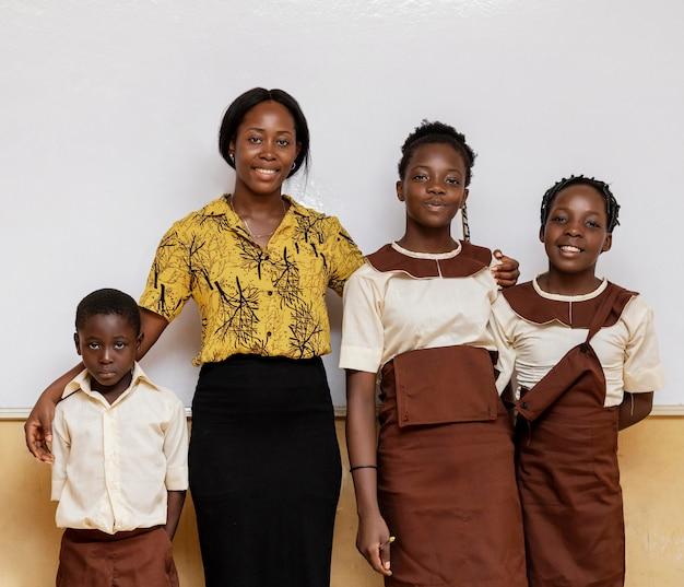 Afrikaanse vrouw die kinderen in de klas onderwijst