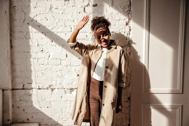 Afrikaanse vrouw die ogen behandelt tegen zonnestralen