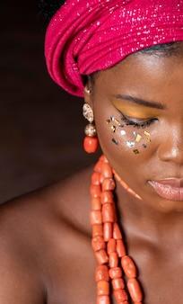 Afrikaanse vrouw die traditionele accessoires draagt