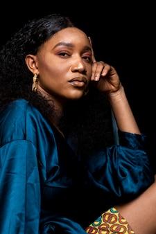 Afrikaanse vrouw in elegante blauwe blouse
