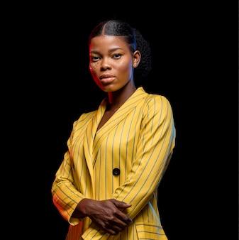 Afrikaanse vrouw in geel jasje