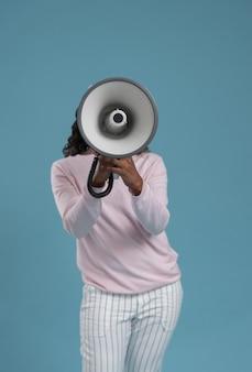 Afrikaanse vrouw megafoon