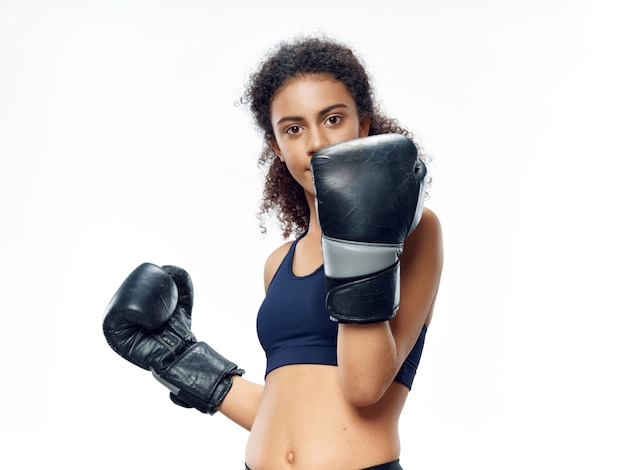 Afrikaanse vrouw met donkere huid poseren in een trainingspak en sporten