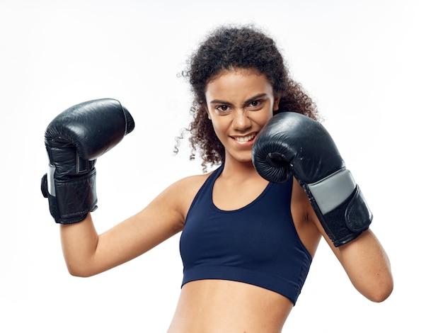 Afrikaanse vrouw met donkere huid poseren in een trainingspak