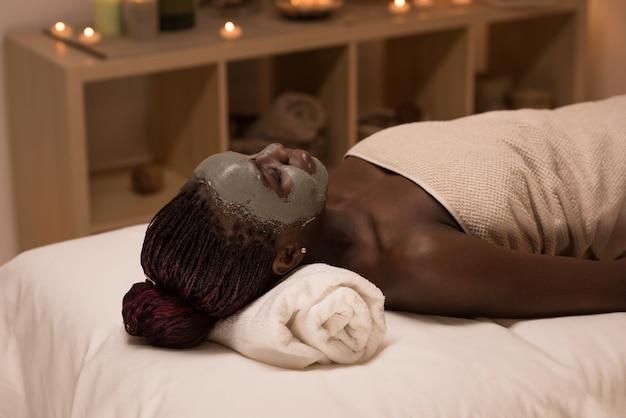 Afrikaanse vrouw ontspannen in de spa salon