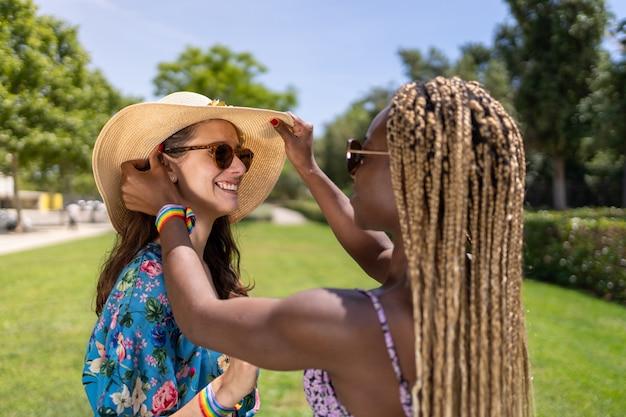 Afrikaanse vrouw zet de hoed van haar partner goed op in de tuin