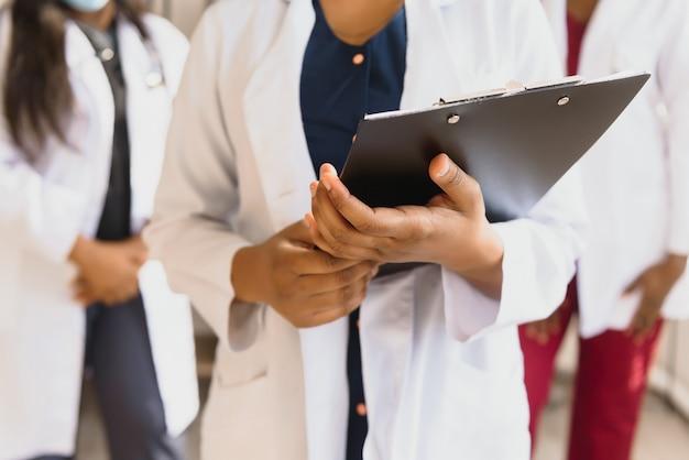 Afrikaanse vrouwelijke arts met papier