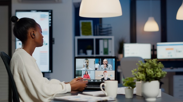 Afrikaanse zakenvrouw praten tijdens videoconferentie met team
