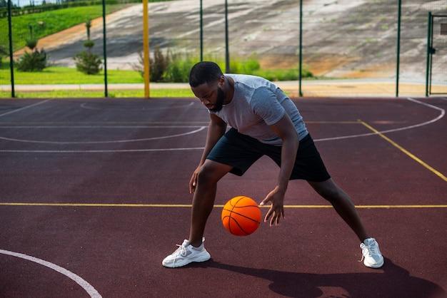 Afrikamens die lang schot van de bal raken