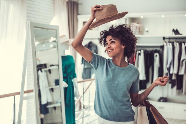 Afro-amerikaans meisje doet winkelen