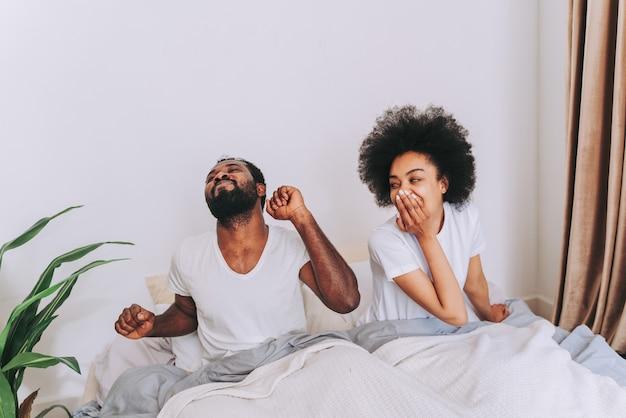 Afro-amerikaans stel in bed echt mooi en vrolijk paar geliefden thuis