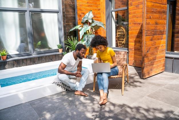 Afro-amerikaans stel thuis in de tuin mooi zwart stel samen tijd doorbrengen?
