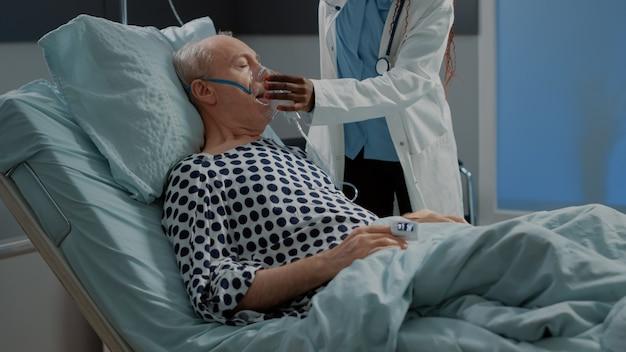 Afro-amerikaanse arts helpt zieke patiënt in ziekenhuisafdeling