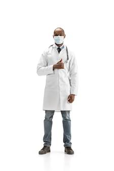 Afro-amerikaanse arts in beschermend gezichtsmasker dat op wit wordt geïsoleerd