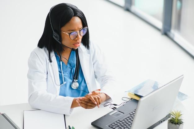 Afro-amerikaanse arts werkzaam in haar kantoor bij kliniek