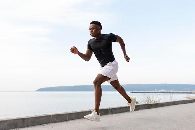 Afro-amerikaanse atleet aan het sporten