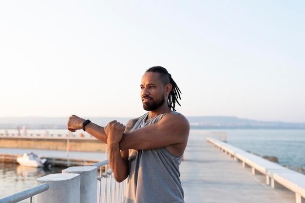 Afro-amerikaanse atleet die buitenshuis traint