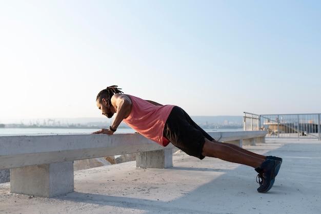 Afro-amerikaanse atleet in sportkleding buitenshuis