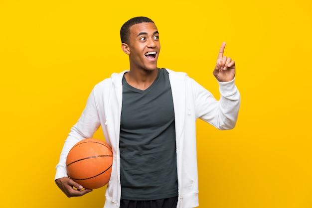 Afro-amerikaanse basketbalspeler man van plan om de oplossing te realiseren terwijl hij een vinger opheft