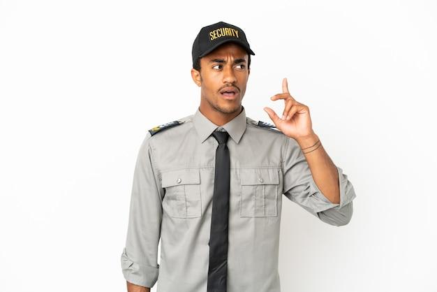 Afro-amerikaanse beveiliging over geïsoleerde witte achtergrond denkend aan een idee met de vinger omhoog