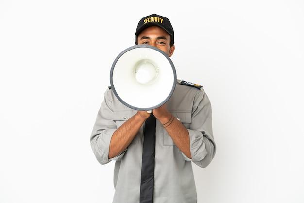 Afro-amerikaanse beveiliging over geïsoleerde witte achtergrond die door een megafoon schreeuwt