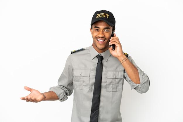 Afro-amerikaanse beveiliging over geïsoleerde witte achtergrond die een gesprek voert met de mobiele telefoon met iemand