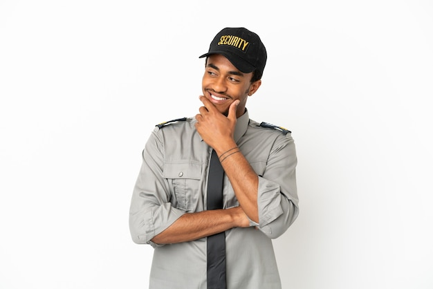 Afro-amerikaanse beveiliging over geïsoleerde witte achtergrond die naar de zijkant kijkt