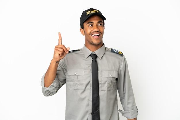 Afro-amerikaanse beveiliging over geïsoleerde witte achtergrond met de bedoeling de oplossing te realiseren terwijl hij een vinger opsteekt