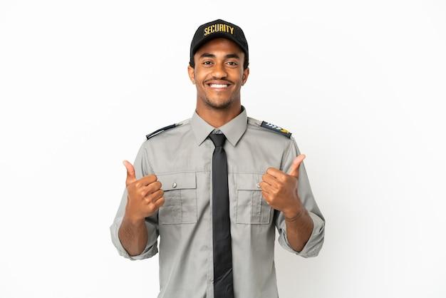 Afro-amerikaanse beveiliging over geïsoleerde witte achtergrond met een duim omhoog gebaar en glimlachen