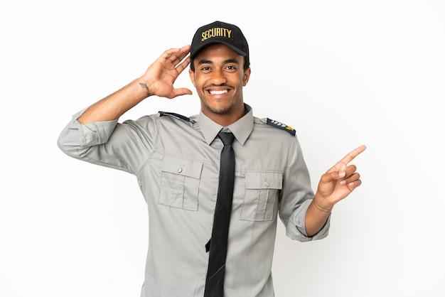 Afro-amerikaanse beveiliging over geïsoleerde witte achtergrond verrast en wijzende vinger naar de zijkant