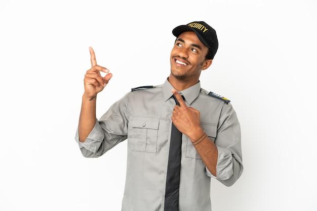 Afro-amerikaanse beveiliging over geïsoleerde witte achtergrond wijzend met de wijsvinger een geweldig idee