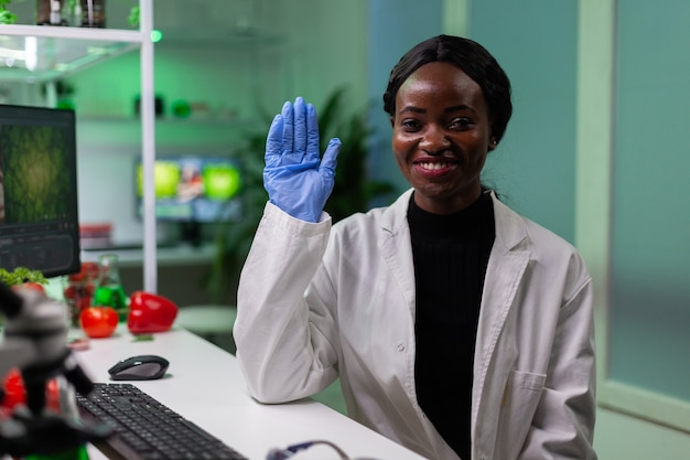Afro-amerikaanse bioloog begroet chemicus op afstand tijdens online videogesprek