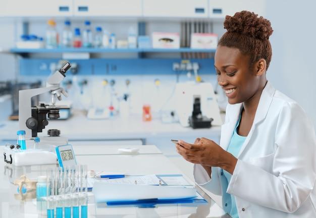 Afro-amerikaanse bioloog sms'en