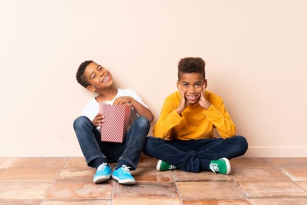 Afro-amerikaanse broers houden popcorns