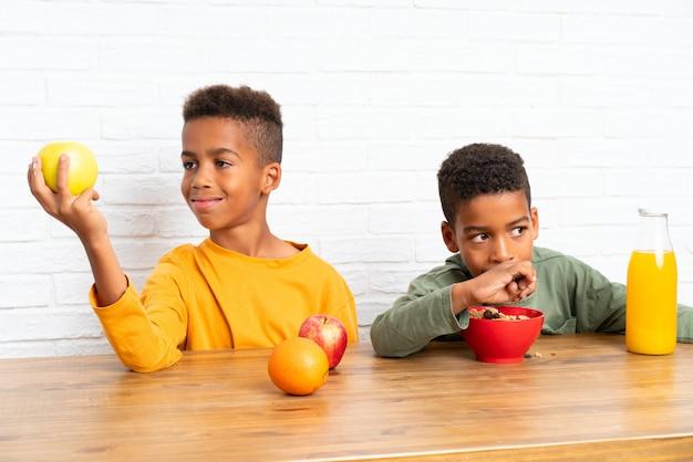 Afro-amerikaanse broers ontbijten