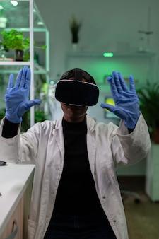 Afro-amerikaanse chemicusvrouw die virtual reality-koptelefoon draagt