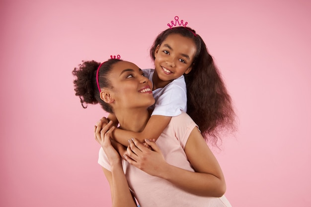 Afro-amerikaanse dochter op ritje op de rug