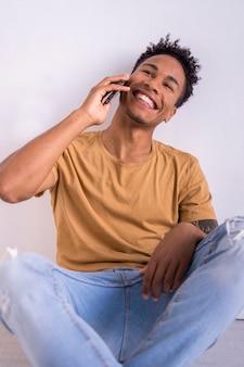 Afro-amerikaanse duizendjarige man praten via de telefoon
