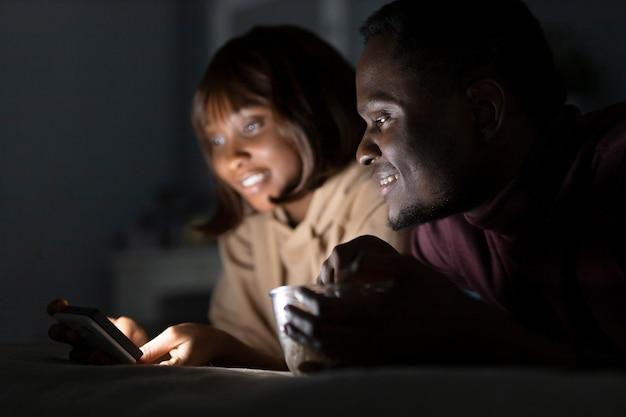 Afro-amerikaanse echtpaar kijken naar netflix
