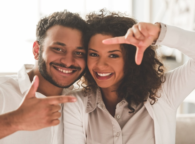 Afro-amerikaanse echtpaar knuffelt